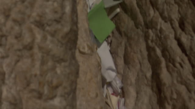 notes placed in western wall - western script stock-videos und b-roll-filmmaterial