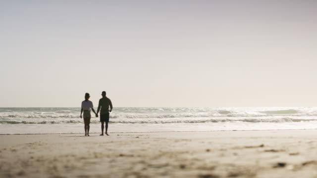 vídeos y material grabado en eventos de stock de nada mejor que un día en la playa - agarrados de la mano