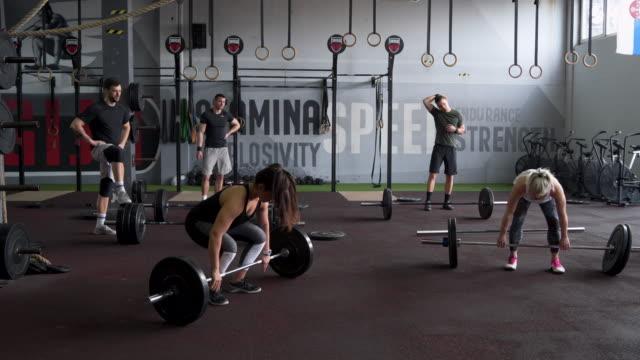 stockvideo's en b-roll-footage met niets verslaat een bepaald team - gewicht fysieke beschrijving