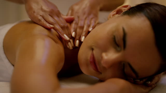 stockvideo's en b-roll-footage met niets verslaat een goede spa dag - massage table
