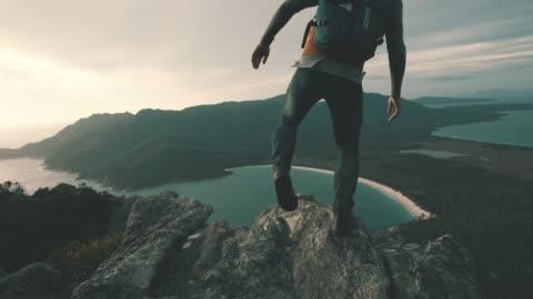 vídeos y material grabado en eventos de stock de nada mejor que subir una montaña para ver el amanecer - actividad al aire libre
