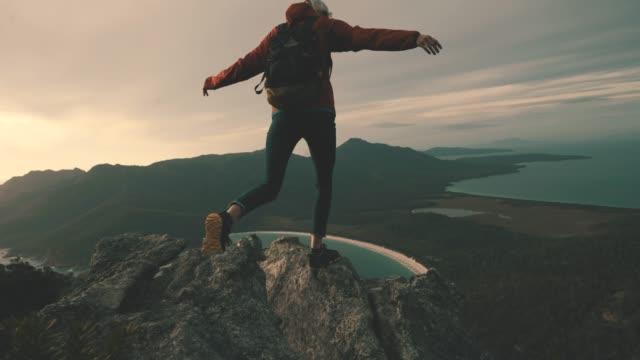 vidéos et rushes de rien ne vaut l'ascension d'une montagne pour voir le lever du soleil - monter à cheval