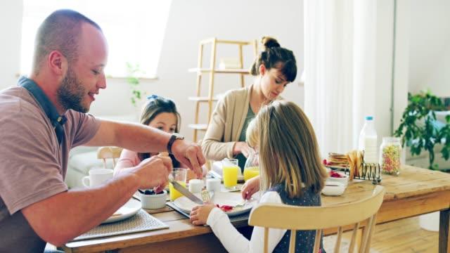 ingenting ger familjen tillsammans som frukost - europeiskt ursprung bildbanksvideor och videomaterial från bakom kulisserna