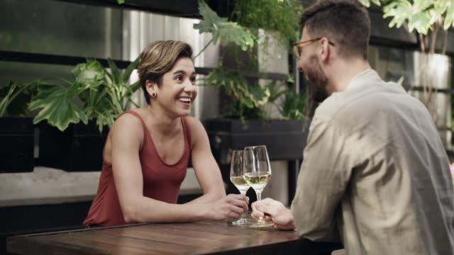 nichts zieht die menschen näher wie das gemeinsame teilen - real wife sharing stock-videos und b-roll-filmmaterial