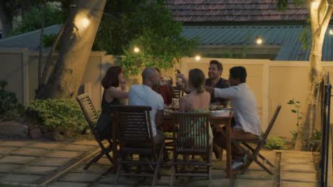 vídeos y material grabado en eventos de stock de nada enriquece la vida como las buenas amistades - plato de comida