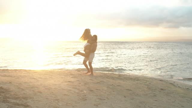 ingenting inspirerar romantik som en ö tillflyktsort - flickvän bildbanksvideor och videomaterial från bakom kulisserna