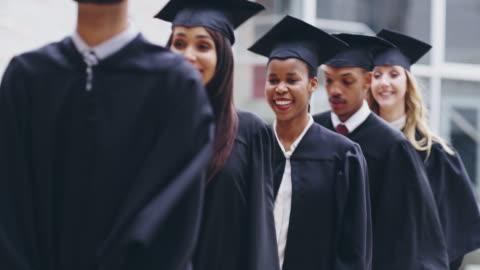 ingenting är lika givande som belönas för bra arbete - examen bildbanksvideor och videomaterial från bakom kulisserna