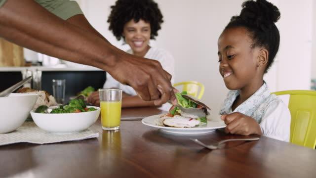vídeos de stock, filmes e b-roll de nada se junta a família como alimento - almoço
