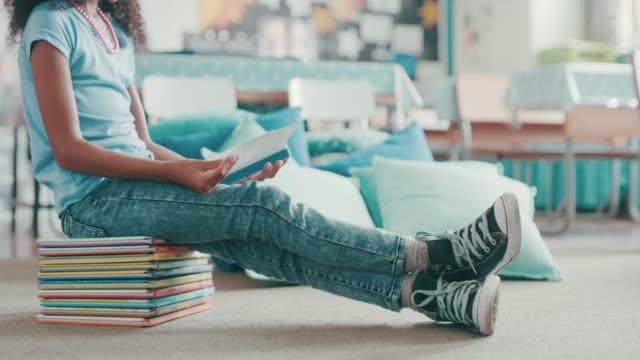 vídeos de stock e filmes b-roll de nothing keeps kids more entertained than books - soletrar