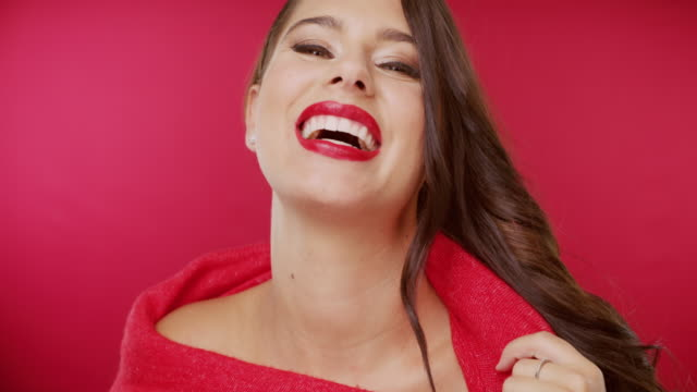vídeos de stock e filmes b-roll de nothing makes a bolder fashion statement than red - gola alta