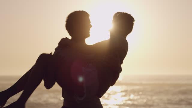 vídeos de stock, filmes e b-roll de nada nos faz sentir mais vivos do que o amor - carrying