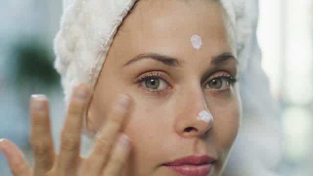 niente rende la tua pelle più felice di quando idrata - routine video stock e b–roll