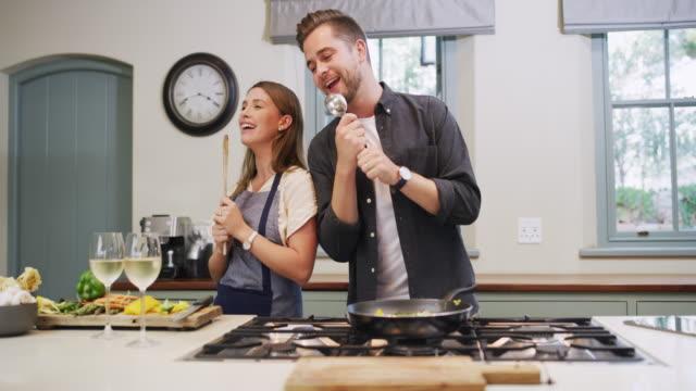 vídeos y material grabado en eventos de stock de nada mundano sobre hacer la cena en su casa - happy meal
