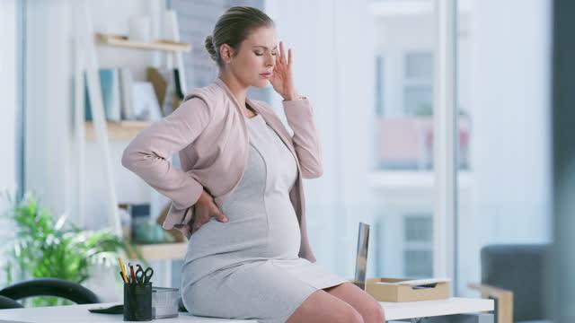 仕事のストレスのような妊娠中のお母さんのエネルギーを樹立するものは何もない - 産みの苦しみ点の映像素材/bロール