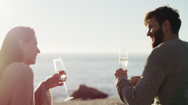 nichts sagt romantik wie champagner bei sonnenuntergang - angesicht zu angesicht stock-videos und b-roll-filmmaterial