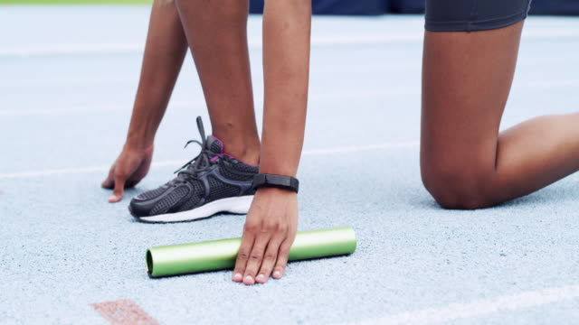 nothing will get handed to you, you have to work! - blocco di partenza per l'atletica video stock e b–roll