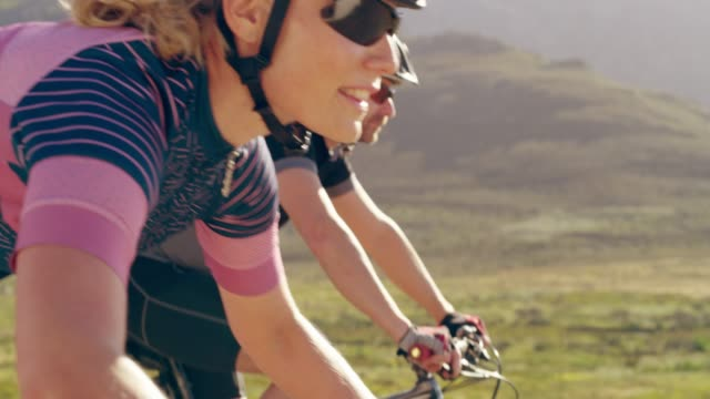 nothing wrong with a little friendly competition - andare in mountain bike video stock e b–roll