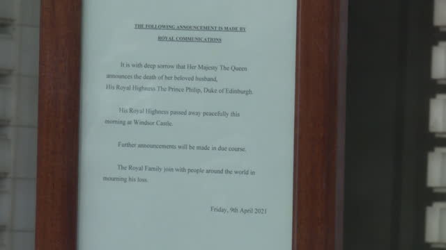notice placed on gates of buckingham palace, announcing the death of prince philip, duke of edinburgh - order stock videos & royalty-free footage