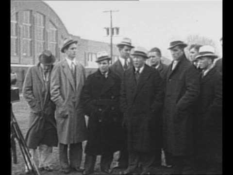 vídeos de stock, filmes e b-roll de notre dame football coach knute rockne with some of his players all dressed in suits overcoats hats outside a building / rockne and three of his... - paramount building
