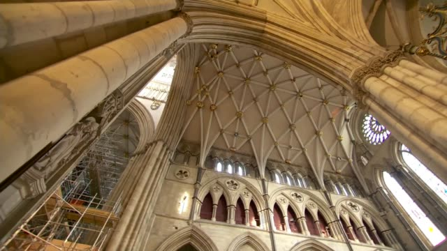 vídeos de stock e filmes b-roll de 1984 york minster fire provides lessons in rebuilding england north yorkshire york york minster int low angle view nave walls and ceiling **david... - durham inglaterra