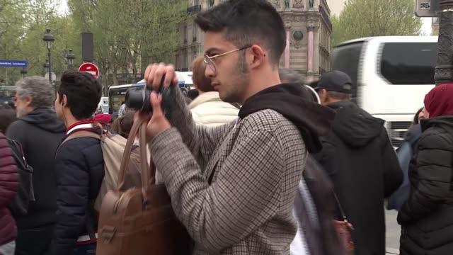 vidéos et rushes de cultural significance france paris ext vox pop various of people taking photos **mackenzie interview partly overlaid sot** girl on woman's shoulders... - vox populi