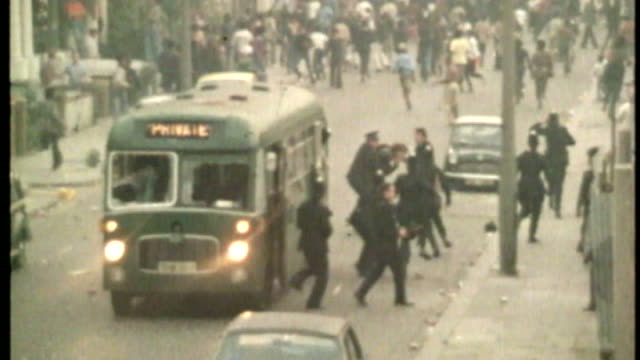 vídeos de stock e filmes b-roll de notting hill carnival 50th anniversary t31087603 london notting hill police officers from bus during rioting during the notting hill carnival car on... - notting hill