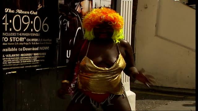 vídeos de stock, filmes e b-roll de london notting hill ext **music heard throughout following sequence sot** large group of notting hill carnival performers dancing during warmup day... - característica de construção