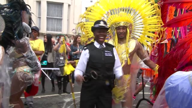vídeos de stock, filmes e b-roll de notting hill carnival mostly peaceful despite stabbing england london notting hill ext dancers wearing bright costumes and rain ponchos vox pops sot... - carro alegórico