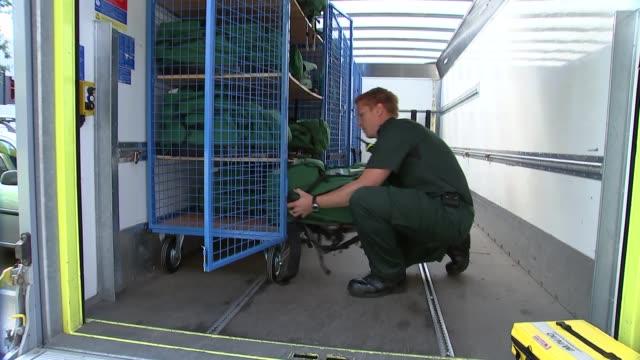 notting hill carnival preview: london ambulance service preparations; england: london: new scotland yard: ext london ambulance service paramedics... - första hjälpen sats bildbanksvideor och videomaterial från bakom kulisserna