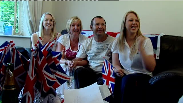nottinghamshire: mansfield: int adlington family watching replay of race on television, holding union jack flags kay adlington interview sot - 3日目点の映像素材/bロール