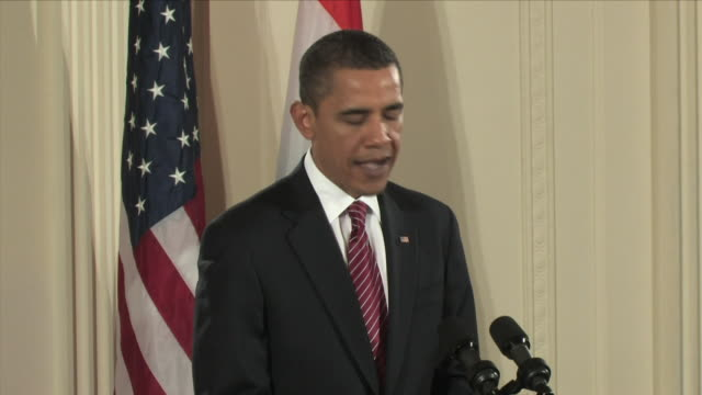 25 nov 2009 ms us president barack obama talking at press conference welcoming indian prime minister manmohan singh / east room white house... - 2009 video stock e b–roll