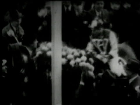 vídeos de stock, filmes e b-roll de november 1, 1938 montage awarding wreath to seabiscuit and his jockey / baltimore, maryland, united states - baltimore maryland