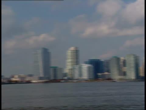 vídeos de stock e filmes b-roll de november 1, 2006 panorama of the new york city harbor / new york, united states - rasto de movimento