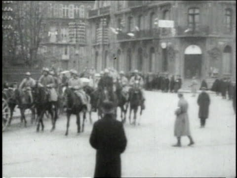 november 12 1918 ws french calvary troops riding into town / sedan france - esercito militare francese video stock e b–roll