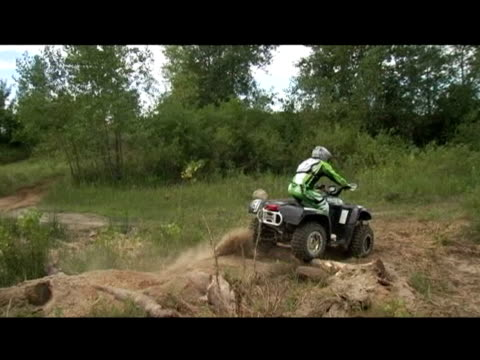vídeos de stock e filmes b-roll de november 14, 2006 montage professional freestyle quad rider riding off roads in the back country - formato letterbox