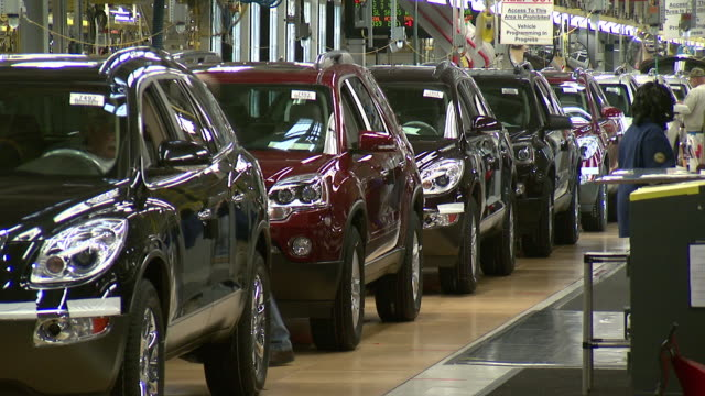 stockvideo's en b-roll-footage met november 19 2008 zo new cars rolling off the assembly line at general motors / lansing michigan united states - beëindigen