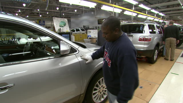 vidéos et rushes de november 19 2008 ts worker inspecting newly built car / lansing michigan united states - lansing