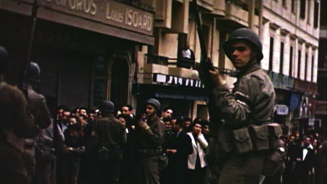 vídeos de stock e filmes b-roll de november 1942 pan us army soldiers controlling crowds on a city street / oran algiers - 1942