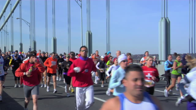 vídeos y material grabado en eventos de stock de november 2, 2008 ms pan runners crossing verrazano-narrows bridge during the new york marathon/ new york, ny - moving past
