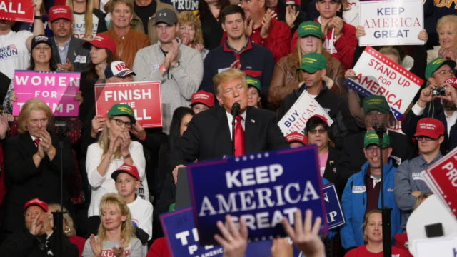 donald trump blames the immigrant caravan on the democrats during a rally at southport high school in southport indiana trump was in indiana... - emigration och immigration bildbanksvideor och videomaterial från bakom kulisserna