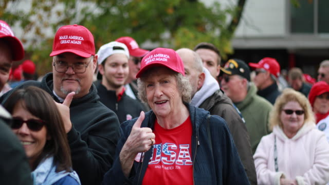 vídeos de stock e filmes b-roll de november 2 southport, indiana: fans and supporters of united states president donald j. trump wait in line outside southport high school before a... - partidário