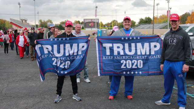 vídeos de stock e filmes b-roll de november 2 southport, indiana: trump supporters holding trump 2020 flags while waiting in line before president trump arrives to speak during a... - partidário