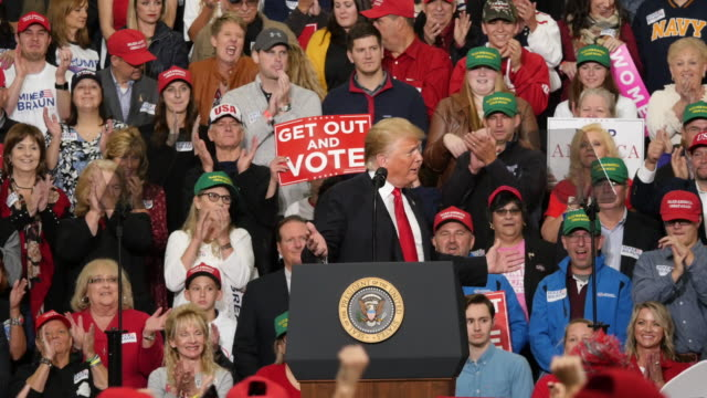 vidéos et rushes de a trump supporter dabs as president trump speaks about his 2016 presidential victory during a political rally at southport high school in southport... - élection