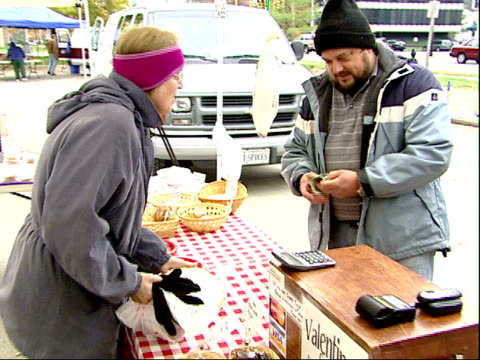 november 20, 2007 a man and boy buying food from a stand at a farmer's market / mt. vernon, virginia, united states - バージニア州マウントヴァーノン点の映像素材/bロール
