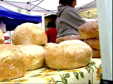 november 20, 2007 loaves of bread displayed at a farmer's market / mt. vernon, virginia, united states - バージニア州マウントヴァーノン点の映像素材/bロール