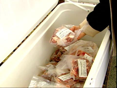 november 20, 2007 shopper inspecting lamb cuts for sale at a farmer's market / mt. vernon, virginia, united states - バージニア州マウントヴァーノン点の映像素材/bロール