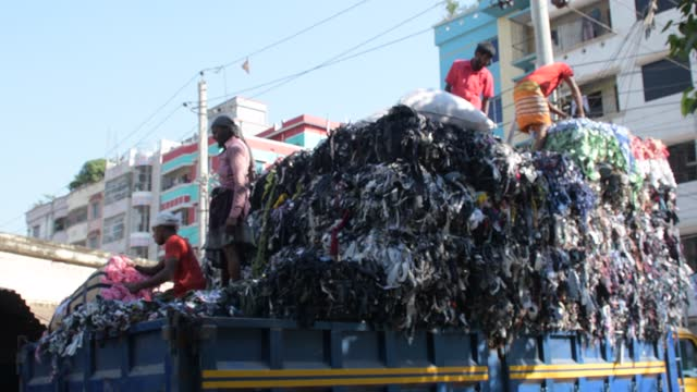 vidéos et rushes de november 2020: workers load a truck with garment leftovers as waste at mirpur area in the capital city of dhaka, bangladesh on november 13, 2020. - décharger