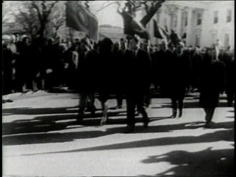 november 24 1963 montage flag flies at half mast procession of mourners approach capitol building with jackie kennedy wearing a black veil in front /... - attentat auf john f. kennedy stock-videos und b-roll-filmmaterial