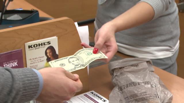 vidéos et rushes de november 24 2009 zo customer paying cash for purchase at kohl's / united states - billet de dollars américains