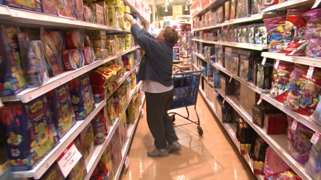 november 24, 2009 shopper perusing various toys on store shelves / united states - negozio di giocattoli video stock e b–roll